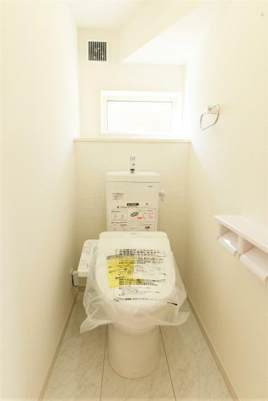 トイレ (同仕様例)窓を備え明るく清潔感のあるお手洗い。暖房&洗浄機能付き便座。