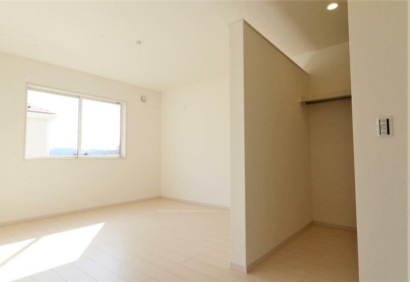 寝室 (同仕様例)ウォークインクローゼット付きですっきり片付けてお部屋を広く使用できます。