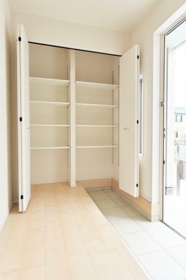 玄関 (同仕様例)シューズクローゼットは可動棚付きで、靴の高さに合わせてすっきりと収納できます!
