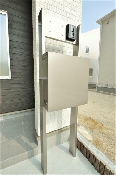 玄関 (同仕様例)インターホン一体型のスタイリッシュなポスト付き。