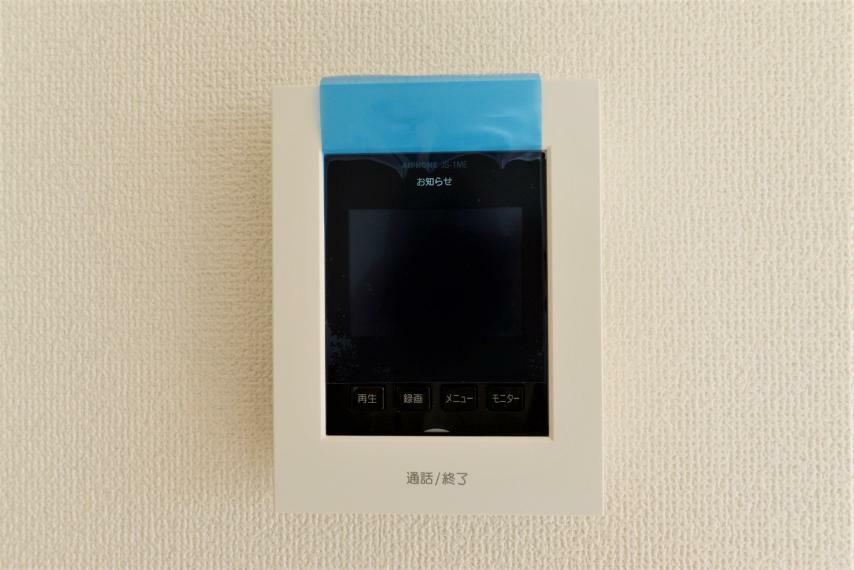 TVモニター付きインターフォン (同仕様例)留守中の訪問者も確認できる録画機能付きの玄関モニター。