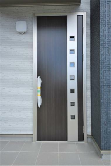 玄関 (同仕様例)日よけ・雨よけにもなる玄関ポーチ