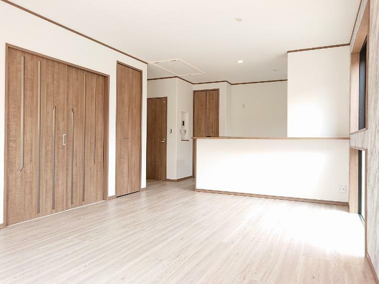 リビングダイニング 17.5帖のリビングは床暖房付 2階に設置でバルコニーに面しているので陽当たり・通風良好です