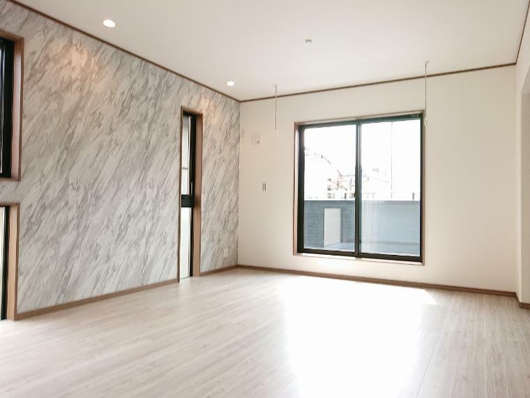 居間・リビング リビングの一部にアクセントクロスを採用 オシャレな空間を演出してくれます