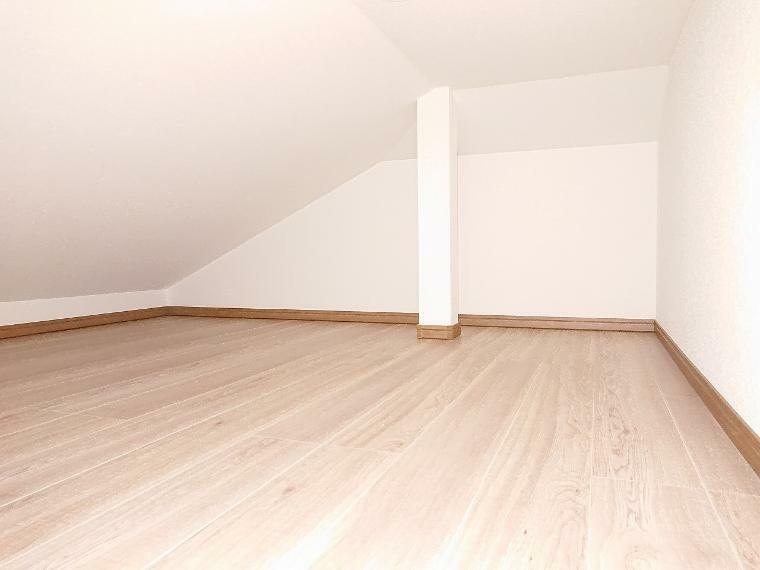 洋室 小屋裏収納に普段使わないアウトドア用品や大きな物、季節物の収納に便利です