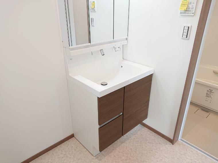 洗面化粧台 洗面スペースが2階にあるので洗濯物を持ってのバルコニーへの移動がスムーズです
