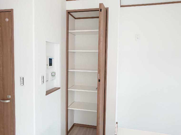 収納 キッチンにはパントリーと床下収納を設置 収納たっぷりで食材ストックに便利です