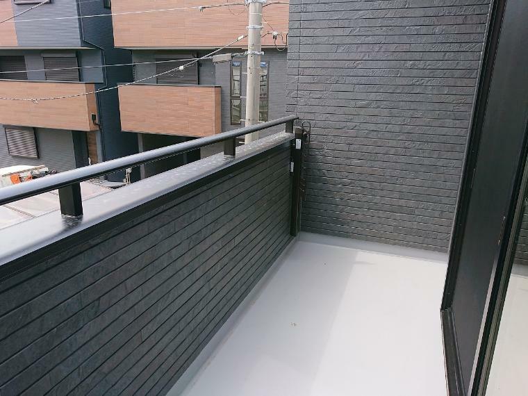 バルコニー 2階に水廻りを集中しているので家事動線バッチリ 洗濯が終わったらバルコニー直行ですぐに干せます