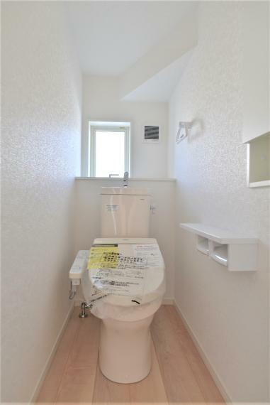 トイレ 〈13号棟写真〉 快適な温水洗浄便座仕様です。トイレは1階・2階ともにございますので、朝の混雑時にも安心してお使い頂けます。