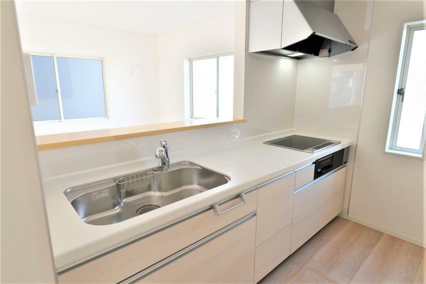 キッチン 〈13号棟写真〉 キッチン部分にも小窓があり、気になるにおいもサッと換気出来て便利です。収納部分はスライド式なので、重たい鍋などの調理器具も取り出しやすく、お料理のレパートリーが広がります。