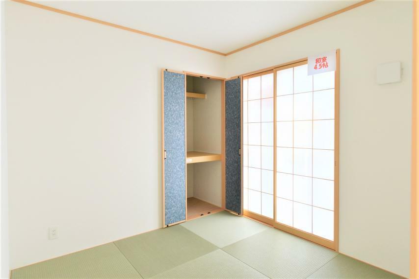 和室 〈13号棟写真〉 リビングに隣接しているのでライフスタイルに合わせて幅広い活用ができる嬉しい空間です。和室にも収納がございますので、来客用のお布団や、座布団などを収納することが可能です!