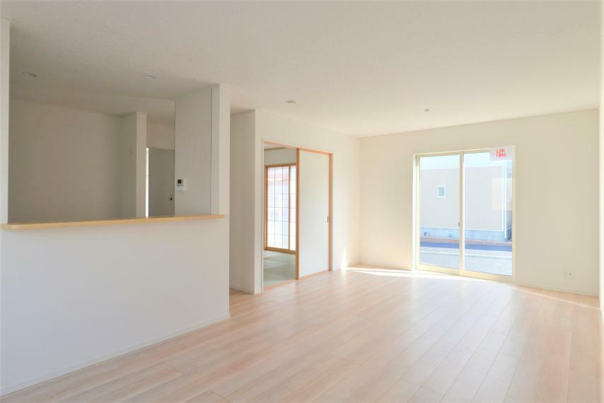リビングダイニング 〈13号棟写真〉 リビング隣接の和室は扉を開放すればリビングとの広々空間に、閉じれば癒しの和の空間として寛げます。