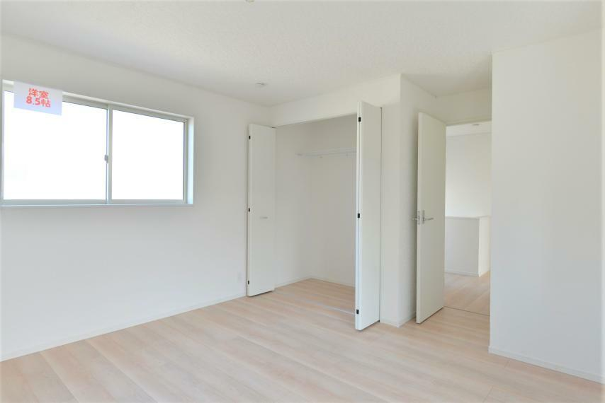 洋室 〈13号棟写真〉 各部屋を最大限に広く使って頂ける様、全居住スペースに収納付。プライベートルームをゆったりと快適にお使いいただけます。