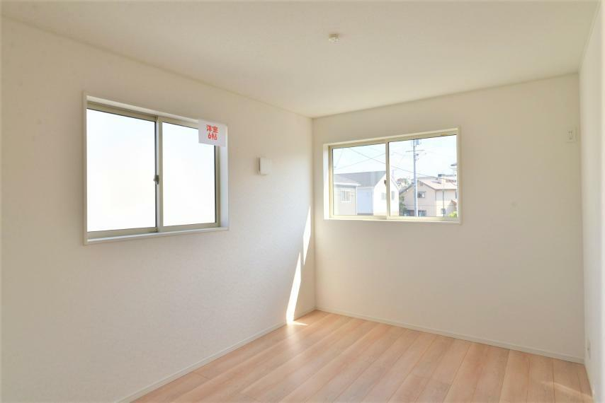 子供部屋 〈13号棟写真〉 腰高の窓が設置された2面採光のお部屋です。陽の光を遮ることがないのでベッドや机などインテリアを自由にレイアウトでき、お気に入りのプライベート空間を作ることができます。