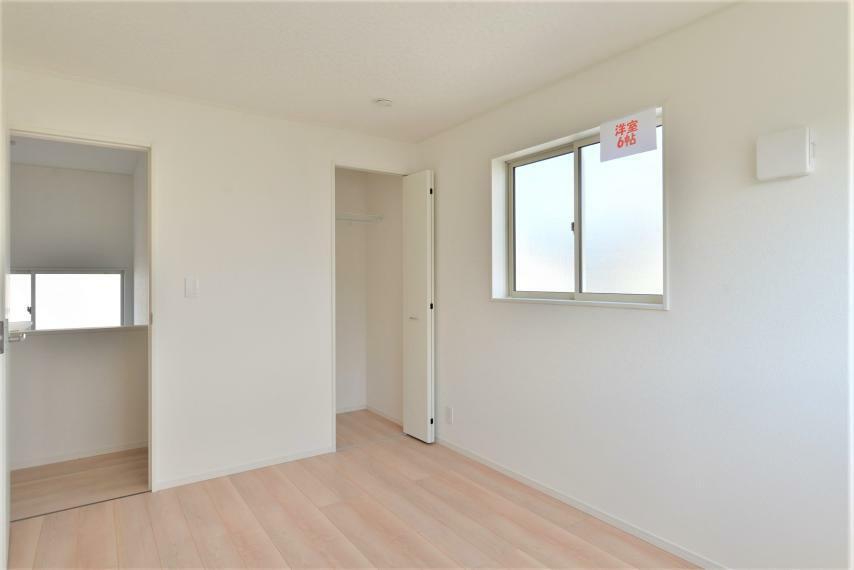 洋室 〈13号棟写真〉 クローゼットを設けた洋室。扉を開けると中身全体が見渡せるので、洋服選びや季節ごとの衣替えがしやすく、便利です。
