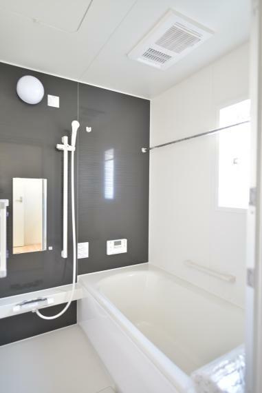 浴室 〈13号棟写真〉 一日の疲れを癒してくれる、ゆったりとした広さのバスルーム。浴室乾燥機付きで雨の日や花粉の多い季節でも浴室で洗濯物を干すことができます。