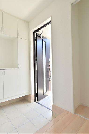 玄関 〈13号棟写真〉 コの字型の玄関収納!お気に入りの小物を置いてお客様をお出迎えできます。