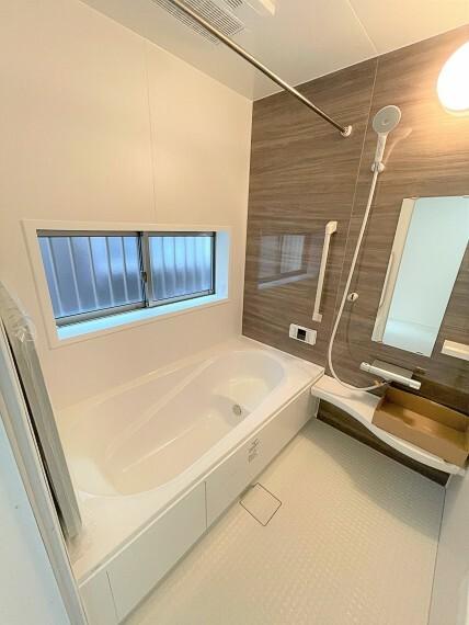 浴室 ゆったりと足を伸ばせるバスルームは窓付で換気も安心。