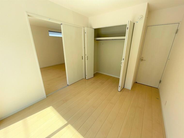 居間・リビング 1F6帖の洋室。南向きで明るい日差しが差し込みます。