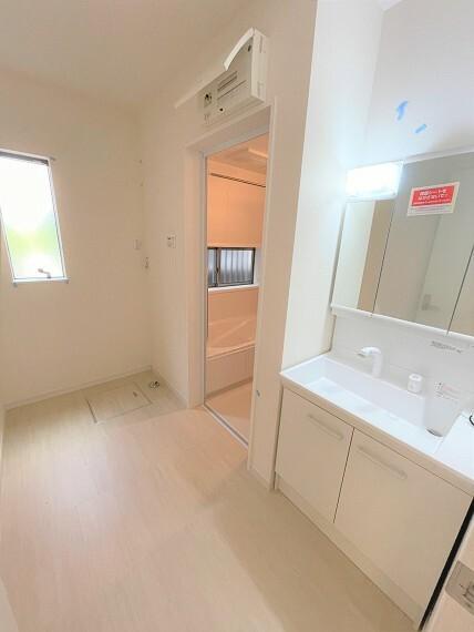 洗面化粧台 広々とした洗面室は家事動線も確保できます。