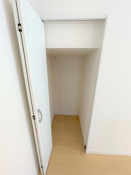 収納 キッチン横にも収納完備。パントリーにしても便利です。