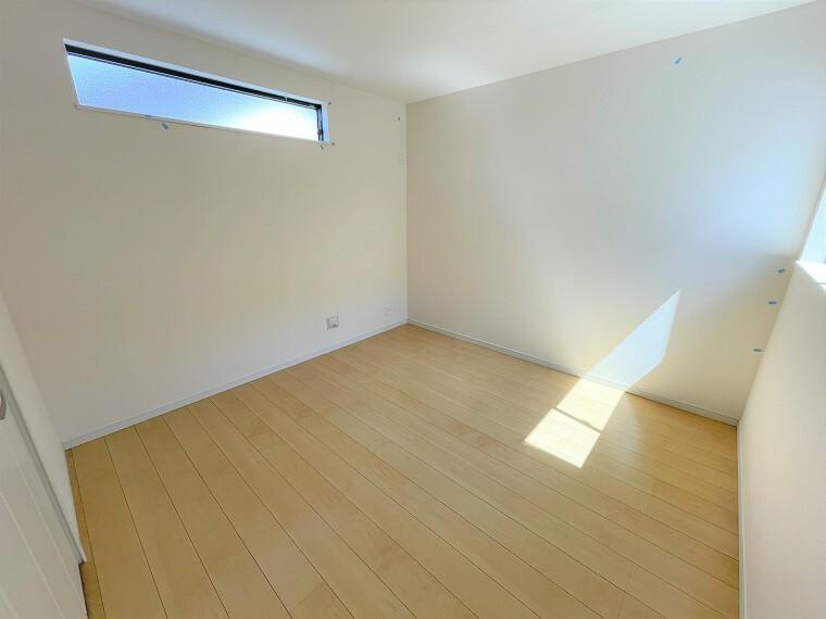 居間・リビング 2面採光で明るい2Fの6.1帖洋室。