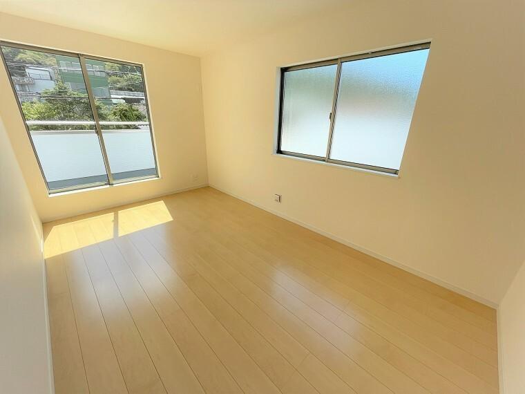 居間・リビング 2F7.5帖の主寝室。ベッドを置いても安心の広さです。
