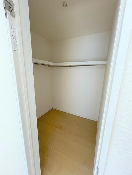 収納 主寝室にはウォークインクローゼット完備です。