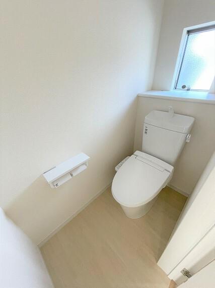 トイレ 2Fトイレ。小窓付きで換気も安心。
