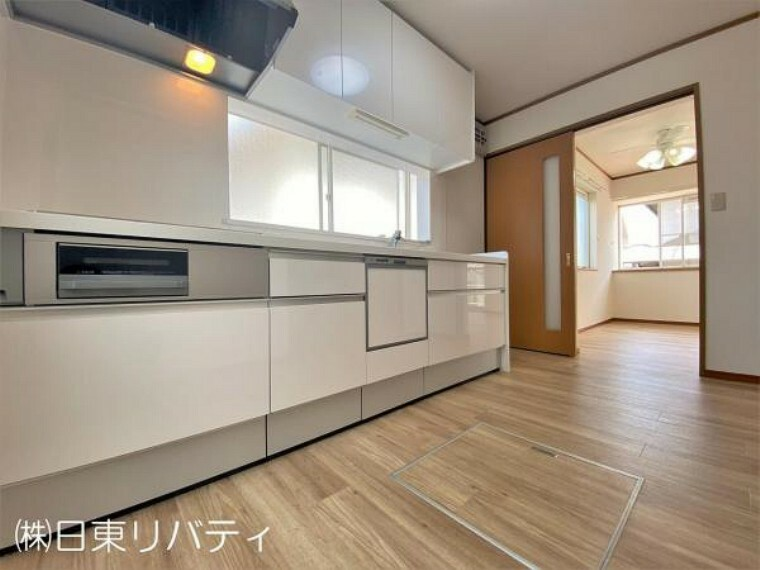 キッチン 二面採光で明るく、換気もしっかりできる独立型キッチンです。