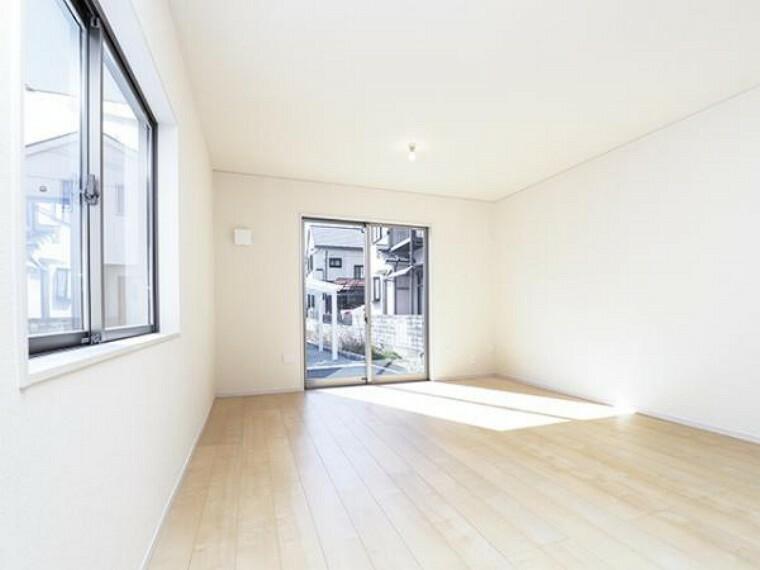 同仕様写真(内観) \同仕様写真/フローリングは、日常生活で床材の受ける様々な傷や、温度・湿度変化によるひび割れの発生を大幅に抑える特殊加工を施工済みです!