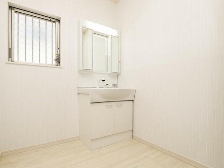 同仕様写真(内観) \同仕様写真/小窓付きの洗面室は、毎朝心地よい光を運んでくれるので、すがすがしい気持ちで1日をスタートできます!また、1坪以上の広い空間です!