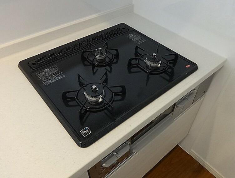 \同仕様写真/三口コンロで同時に複数の調理が可能です