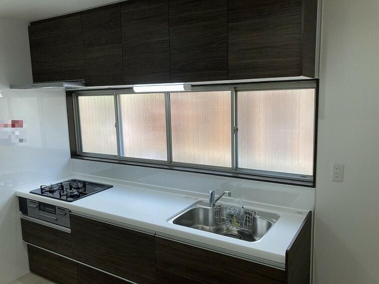キッチン 前面が窓なので明るいキッチンです