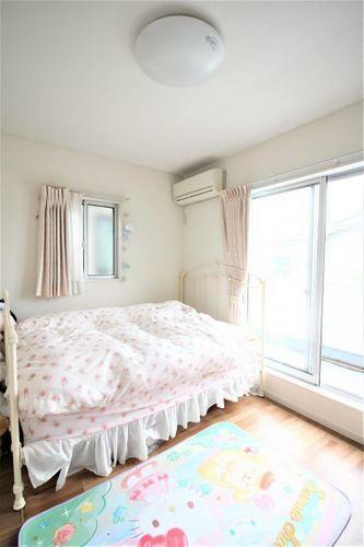 寝室 バルコニー付きの洋室です
