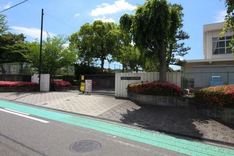 小学校 岡崎市立上地小学校 徒歩1分。