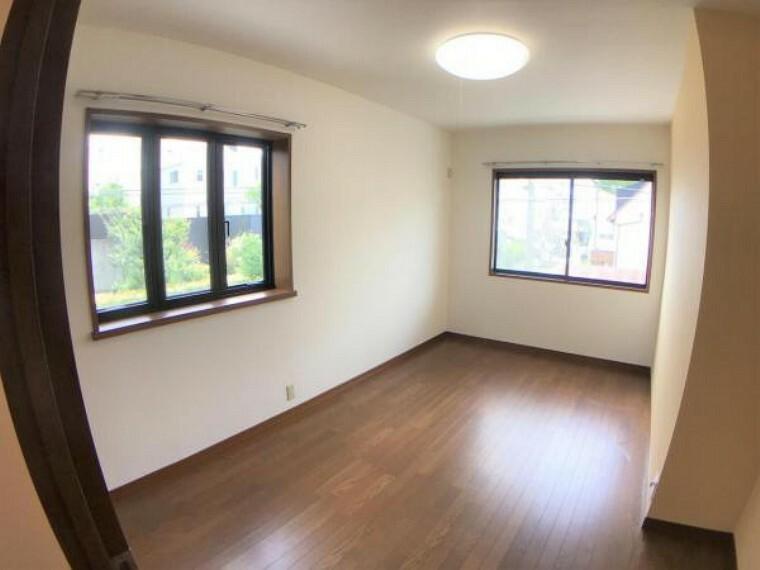 洋室 7.3帖の洋室です。お家の中で採光がタップリ確保できて開放感のあるお部屋です。