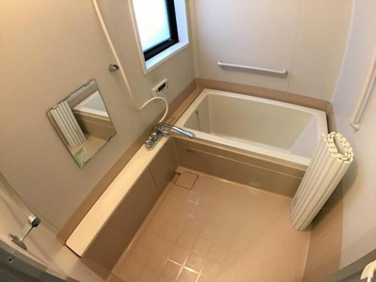 浴室 ゆったりとした浴室スペースは、疲れた体を癒してくれます。のんびりとした時間をお楽しみください。