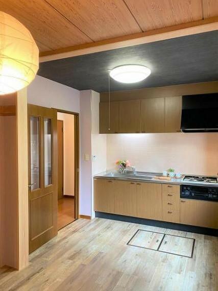 キッチン フローリングの色調とバランスよく調和されたシステムキッチンです。