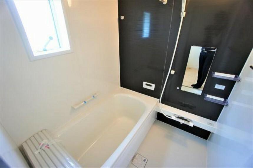 浴室 落ち着きのある色合いの浴室