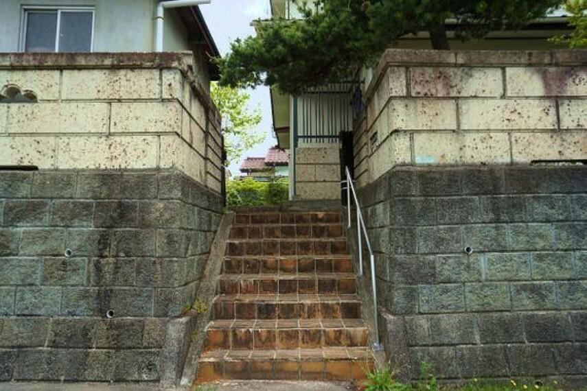 外観写真 手摺付きの階段がございます。