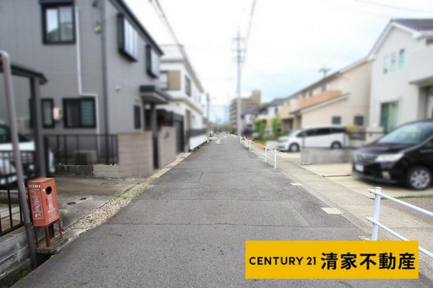 現況写真 前面道路と高低差のない開放的な佇まい!(2021年07月撮影)