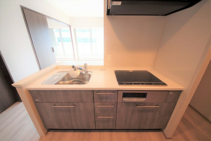 キッチン シンプルで使い勝手の良いシステムキッチンです。収納スペースも豊富です。 家事に忙しい方に嬉しいIHです。
