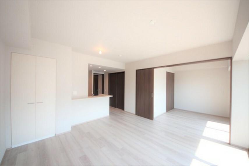居間・リビング 白を貴重とした11.4畳のリビングダイニングです。隣の和室を繋げればひろびろとした空間になります。