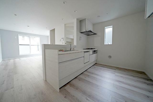キッチン ●対面式のシステムキッチンです。食器洗浄機や浄水器も完備