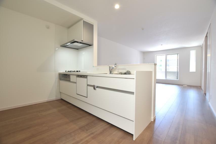 キッチン(2号地) シンプルでありながら使い心地と品質のこだわったキッチンです。食器洗い乾燥機はラクな姿勢で使いやすいスライド式。