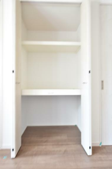 リビング物入(2号地) 日用品のストックや掃除用品を収納しておける便利な物入付き!