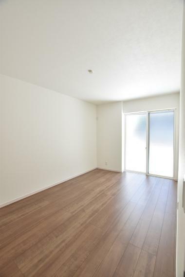 1階7.5帖(2号地) 大きな掃き出し窓から陽光が射し込む明るいお部屋です。クローゼット付きで、お部屋が広く使えます。