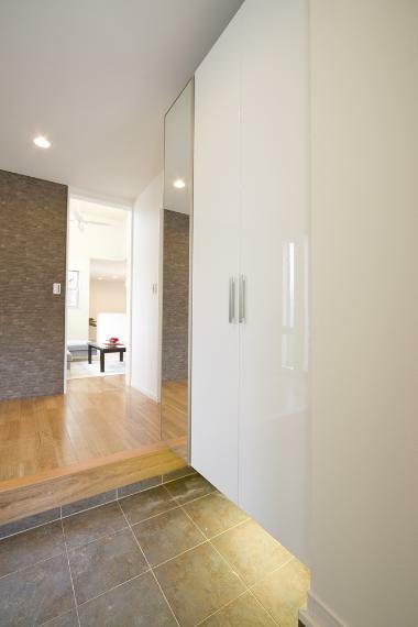 同仕様写真(内観) 玄関は、帰宅してまず最初にホッと一息つけるスペース。 収納を確保することで、整理された空間を保てます。