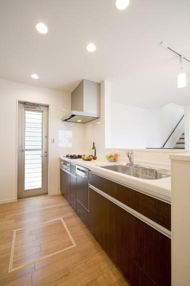 同仕様写真(内観) 標準装備で、人工大理石カウンター・食洗機・オールインワン浄水栓を搭載。 キッチン本体のカラーセレクトも対応可能です。